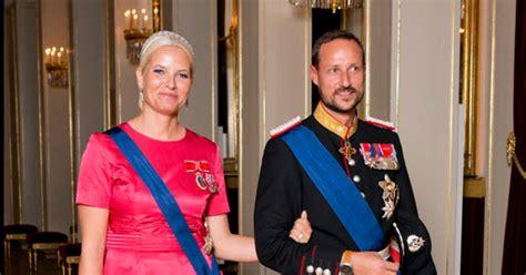 Check spelling or type a new query. Haakon y Mette-Marit nos abren las puertas de su palacio de Skaugum - Haakon y Mette-Marit ...
