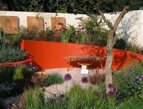 decaper un mur exterieur peint la couleur s invite au jardin cr 233 er un jardin contemporain