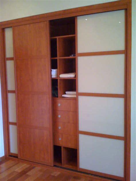 placard de chambre en bois créez vos portes de placard coulissantes sur mesure