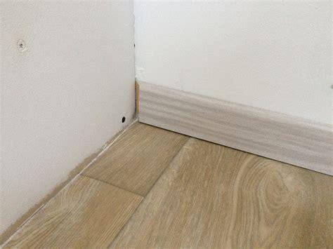 installer des plinthes en bois marche ici