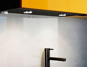 Led Spots Küche : nahaufnahme von omlopp led spots in wei unter einem ikea k chenschrank ikea inspirationen ~ Frokenaadalensverden.com Haus und Dekorationen
