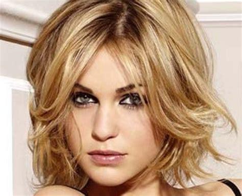 coupe de cheveux moderne pour femme de 50 ans
