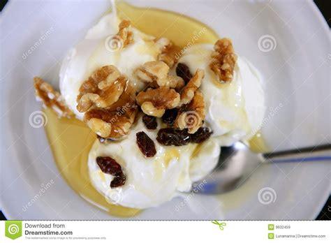 dessert avec du miel dessert grec de yaourt avec du miel et des noix images