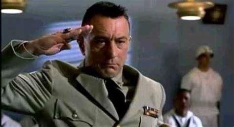 el cliche del final  saludo militar cine premiere