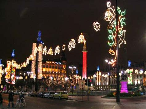 picture of glasgow george square at night during christmas