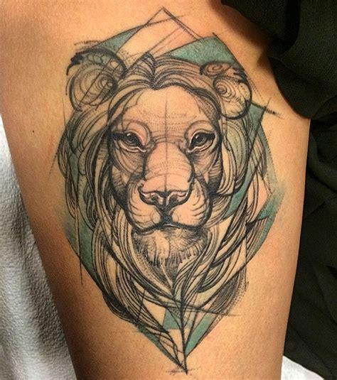 tatouage lion  idees de modeles majestueux pour une femme