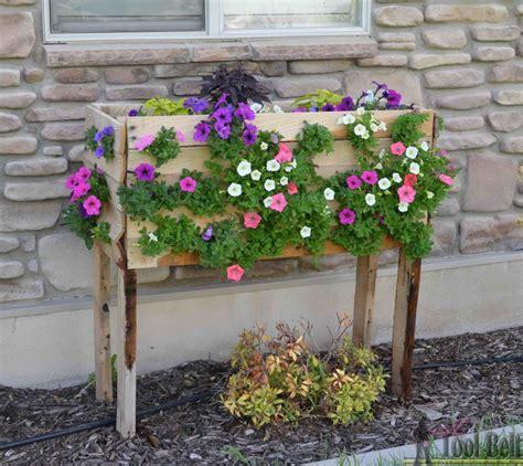 fiori vaso realizzare un vaso di fiori con i bancali 20 bellissime