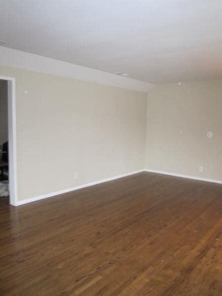 Rug Pad Hardwood Floor by Living Room Benjamin Moore Carrington Beige