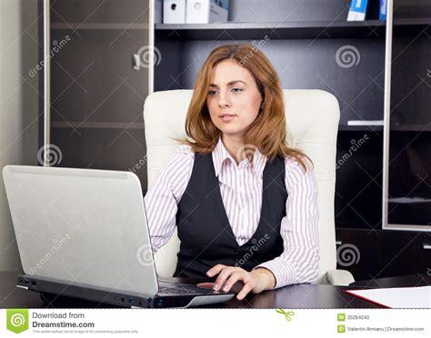 dactyl bureau office femme s 39 asseyant dans le bureau dactylographiant sur