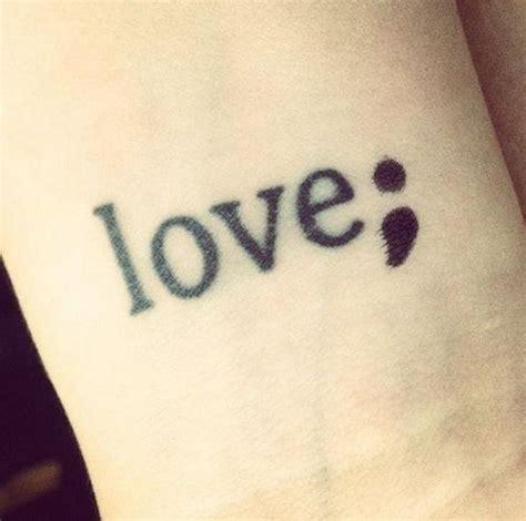 top  tatouage point virgule femme signification