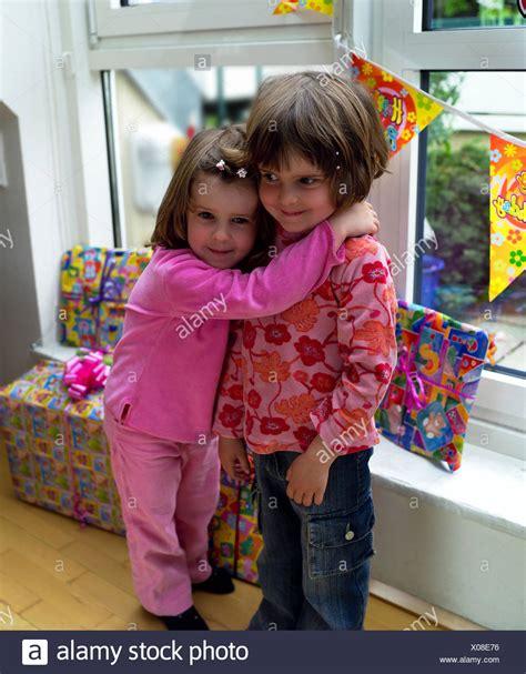 geschenke für zwillinge m 228 dchen zwillinge umarmung geburtstag geschenke zuhause kinder 4 jahre schwestern