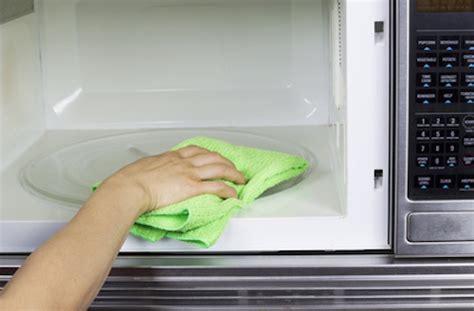 astuce de grand mere pour nettoyer un canapé en tissu nettoyer un four à micro ondes facilement astuce