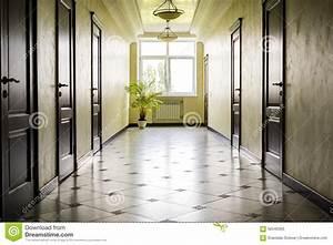 Porte De Couloir : couloir blanc avec le plancher de marbre les portes brunes et la fen tre photo stock image ~ Nature-et-papiers.com Idées de Décoration