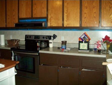 peinture armoire cuisine il va relooker ses armoires de cuisine avec un petit