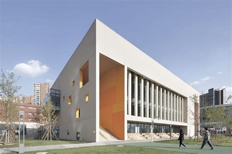 School With An Open Space / Beijing Institute Of