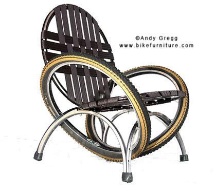 fauteuil créé entièrement à partir de pneus de vélo