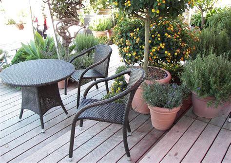 gartenmöbel villingen schwenningen sitzplatz auf einer stufenterrasse mit topfgarten ideale