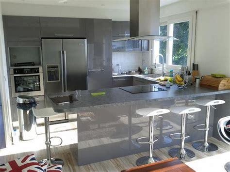 cuisine frigo americain cuisine en u laquée gris brillant cuisine design avec