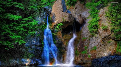 10 Beautiful Waterfall Wallpapers