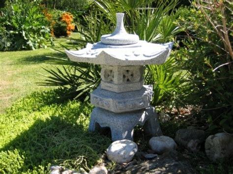 une lanterne japonaise dans le jardin le charme de l extr 234 me orient chez vous