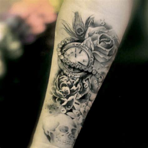 tatouage avant bras femme rose horloge