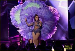 Jennifer Lopez Performs 'Ain't Your Mama' & 'Let's Get ...