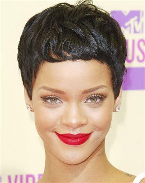 krotka fryzura dla pociaglej twarzy