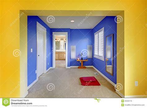 chambre jaune et bleu zone colorée de méditation dans jaune et le bleu