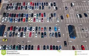 Voiture Vu De Haut : vue sup rieure a rienne de parking avec beaucoup de voitures d 39 en haut concept de transport ~ Medecine-chirurgie-esthetiques.com Avis de Voitures