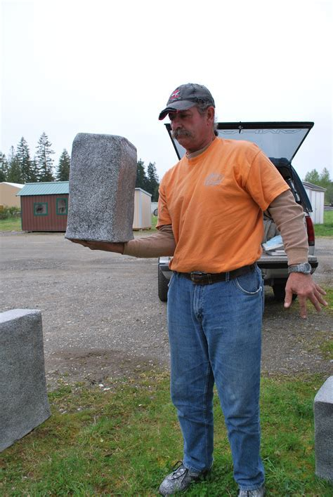 one hand hold lightweight concrete block sing ? Non