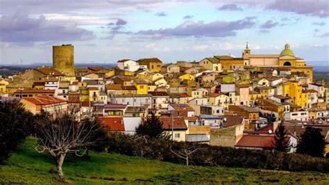 Cidade italiana idílica vende casas prontas para morar por ...
