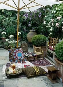 Kissen und teppiche mit ethno muster auf der terrasse for Balkon teppich mit tapeten und stoffe passend