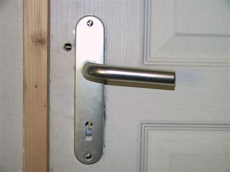 serrure porte chambre help comment débloquer une porte forum menuiseries