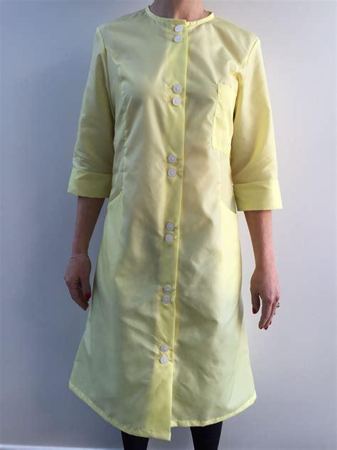 blouse de cuisine femme femme en blouse table de cuisine
