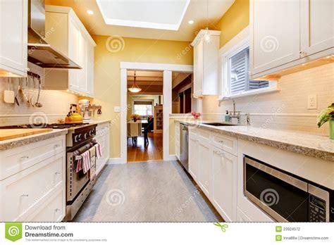 cuisine blanche et jaune cuisine simple jaune et blanche avec la lucarne