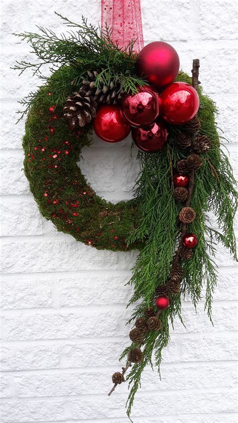 tuerschmuck fuer die adventszeit haustuer weihnachten weihnachtsbaumkugeln christbaumkugeln