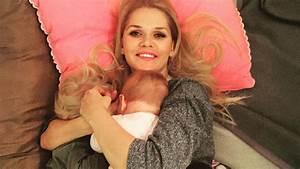 Gesunde Vorbildfunktion  Sara Kulkas Tochter Stillt Puppe