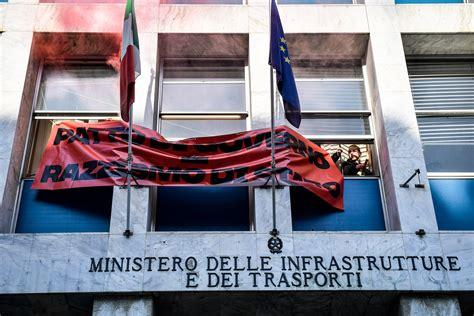 ministero infrastrutture e trasporti sede centri sociali occupano la sede ministero dei