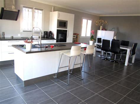 chambre bordeau davaus cuisine blanche avec ilot central avec des