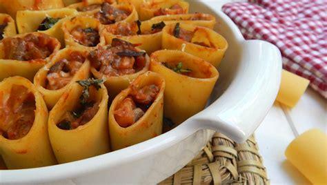 Pakeri të mbushur me salçiçe Hako dhe kërpudha - Pjata kryesore