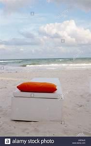 Kissen Auf Schwedisch : wei e lounge chair mit orange kissen auf sand vor ozean in tulum mexiko stockfoto bild ~ Eleganceandgraceweddings.com Haus und Dekorationen