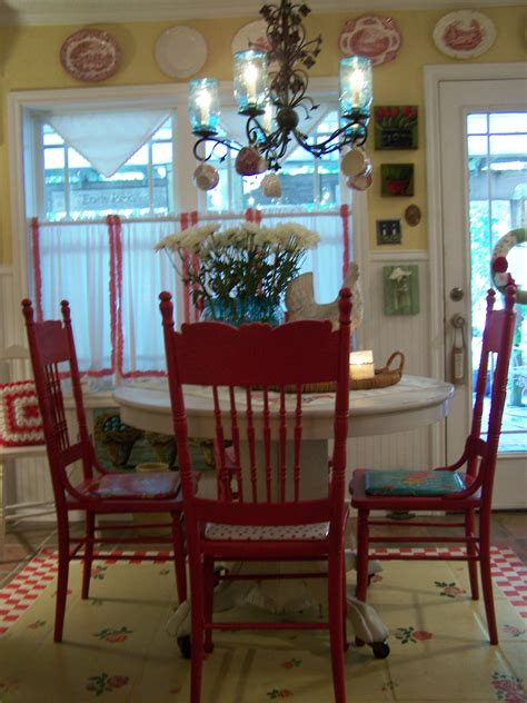 I'm loving these red chairs,from cherryhillcottage blog