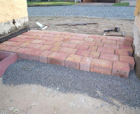 pflastersteine verlegen sand oder splitt hauseingang pflastern so wird s gemacht bauen de