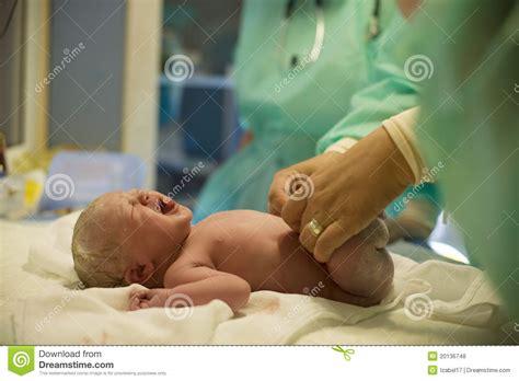 Een zware bevalling voor Vanessa kleine, baby 's, Grote zorg