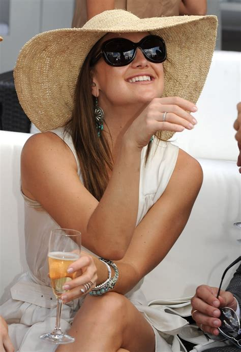 Kate Hudson sipped Champagne in a floppy hat at the Veuve ...