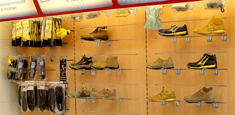 scaffali per scarpe progettazione spazi arredo negozio scaffalature ferramenta