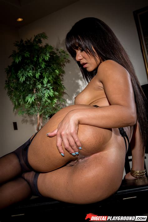 Rose Monroe Flashes Her Massive Ass Before Stripping Photos Tee Reel Milf Fox