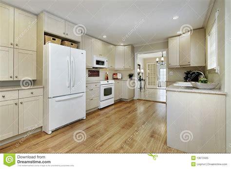 cucina con sala da pranzo cucina con la vista della sala da pranzo immagine stock