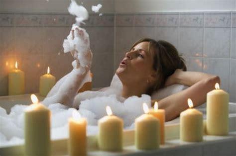 fare l nella vasca da bagno 2 ricette facili per bagni rigeneranti fai da te