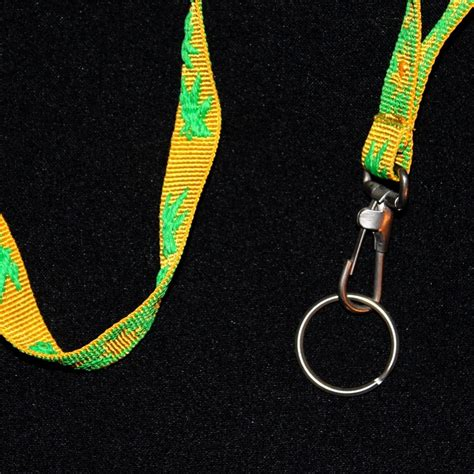 tour de cou porte cle porte cl 233 s tour de cou design feuilles de chanvre